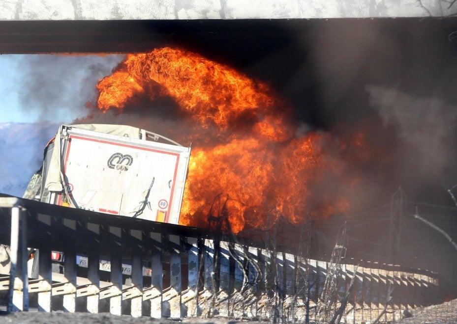 Camion cisterna in mezzo al traffico: un rischio assurdo